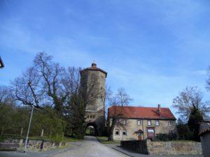 Der Wasserturm am Fuß des Kirchberges markiert den Eingang zum Friedhof und zur Kirche.