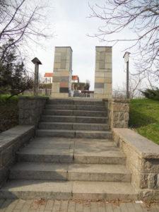 Am gegenüberliegenden Punkt des Kirchbruchs stehen zwei Säulen...