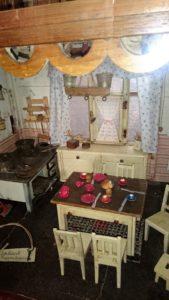 Er fertigte die Möbelrohlinge aus echten Hölzern (z. B. Pflaume) und brachte die Sitze zum Polsterer. Auch legte er großen Wert auf Funktionalität. Simmans besaßen in ihrem Haus einen Tisch, der auszuziehen war. Genau diesen baute der Stellmachermeister für das Puppenhaus nach.