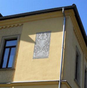 Das Kratzputzgraffito an der Parkseite des Hauses ist ein Werk des heutigen Besitzers.