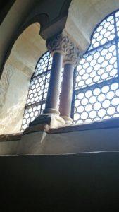 Das Fenster in der Palaskapelle. Zu Beginn des 14. Jahrhunderts im Obergeschoss eingerichtet, büßte der Sängersaal dadurch ein Drittel seiner ursprünglichen Größe ein.