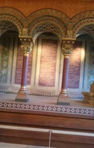Die Sängerlaube an der nördlichen Schmalseite des Sängersaales wurde von Hugo von Ritgen (1811-1889) und Michael Welter (1808-1892) gestaltet. Die teppichähnliche Rückwand zeigt Verse aus der Großen Heidelberger Liederhandschrift.