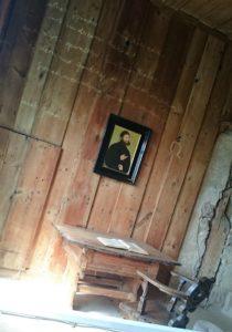 Schon seit dem 16. Jahrhundert war die Lutherstube das Ziel frommer Pilger. Der angebliche Tintenfleck war eine beliebte Legende, die dazu führte, dass Besucher blaue Partikel aus der Wand kratzte. Der Fleck musste daraufhin schon oft erneuert werden. Touristen sind wohl in jeder Epoche irgendwie anstrengend.