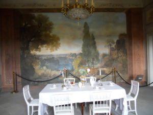 """Das Wandbild """"Nemisee"""" zeigt arkadische Landschaften und wurde 1805 von Karl Ludwig Kaaz (1773-1810) geschaffen."""
