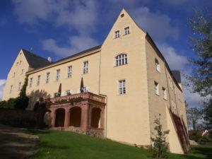 Schloss Frohburg erhebt sich auf einer Anhöhe über der Wyhra.