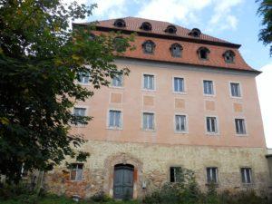 Das ehemalige Gutshaus des Rittergutes ist ein Barockbau mit Mansardendach und Gauben. Es wurde 2014 saniert.