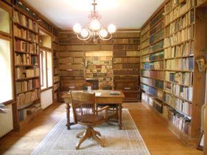 Die Bibliothek ist in zwei Räumen untergebracht und umfasst 24.000 Titel, die Ostwald alle selbst angeschafft hat.