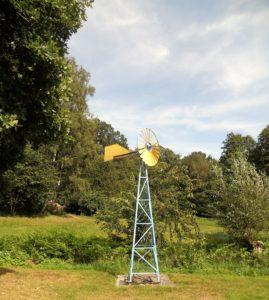 """Die Windturbine zur autonomen Trinkwasserversorgung der Häuser des Landsitzes """"Energie"""" wurde 2003 anlässlich des 150 Geburtstages von Wilhelm Ostwald aufgestellt."""