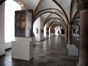 Die Kunst und Kultur des Mittelalters befindet sich im Erdgeschoss.