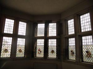 """Der mehrgeschossige Standerker, genannt """"Laterne"""", wurde 1530 mit dem neuen Westflügel errichtet. Die Wappenscheiben der Fenster stammen aus Kirchen und Rathäusern des Landes Schleswig-Holstein."""