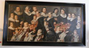 Es hängen viele Portätgemälde von schlechtgelaunten Adeligen im Schloss. Deshalb hier ein Familienportät. Da gucken zwar auch nicht alle fröhlich, aber das ist ja heutzutage auch nicht anders. Unbekannter norddeutscher Maler, Familienbild aus Rüllschau bei Glücksburg, um 1620/30, Öl auf Leinwand
