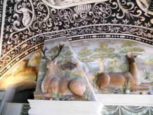 Die Stuckplastiken der Hirsche wurden vermutlich von der Wanderkünstlerfamilie Parr geschaffen.