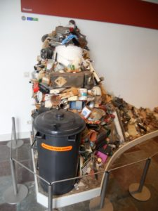 Das Archäologische Landesmuseum. Sehr interessantes Kunstwerk über den Müll den zukünftige Archäologen mal von uns ausgraben dürfen.
