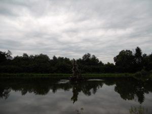 Der Gottorfer Herkules steht als Nachbildung mitten des extra angelegten Teiches. Der 6m hohe Originaltorso befindet sich im Schloss.