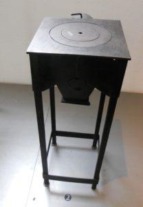 Notofen, um 1945, Hersteller: Eigenbau, Material: Eisen - gegossen, geschwärzt, Brennstoff: Holz und Kohle