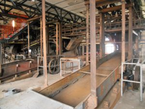 Die Doppel-Schwingsiebe klassifizierten das feuchte Kohlegut: Stücke unter sieben Millimetern fielen durch die Sieböffnungen und gelangten über die Förderbänder auf den Feinkohleboden. Die groben Stücke gelangten vom Überlauf in die darunter liegenden Hammermühlen.
