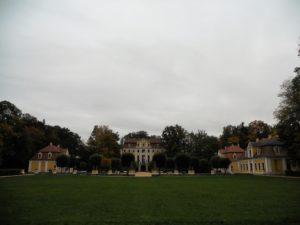 Beim Neubau der jetzigen Anlage wurden neben dem Schloss und dem Park noch vier Pavillons, eine Balustrade mit Sandsteinverzierungen, zwei Torhäuschen, ein Jagdpavillon mit Wildpark, zwei Springbrunnen und ein Wirtschaftshof mit Brauhaus und Marstall errichtet.