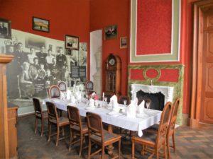In den angrenzenden Räumen des Erdgeschosses gibt es eine kleine Ausstellung über die Familie von Vietinghoff-Riesch.