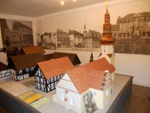 Modelle historischer Gebäude, die von Schülern der Umgebung im Werkunterricht angefertigt wurden. Die Mittelschule von Neschwitz wurde im Jahr 2009 geschlossen. Die anderen Schulen der Umgebung haben traurigerweise kein Interesse an der Fortführung dieses Projektes.