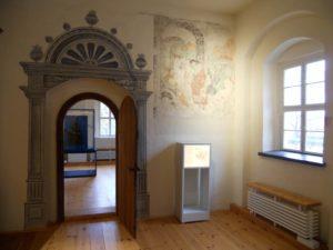 Die vorreformatorische Bemalung der Innenräume blieb zum Teil erhalten und zeigt biblische Szenen.