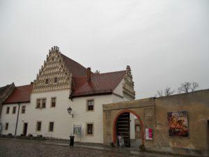 Die Propstei wurde um 1530 als Wohn- und Amtshaus mit zwei Maßwerkgiebeln errichten.