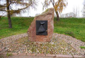 Endlich mal ein Denkmal, dass an etwas Positives erinnert. Nämlich daran, dass der Deich beim Hochwasser 2002 nicht gebrochen ist.