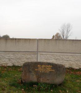 Dieser Findling wurde 1937 aufgestellt und bezeichnet die Stelle, an der Kurfürst Johann Friedrich von Sachsen gezeltet haben soll. Man spürt förmlich die historische Authentizität dieses Ortes...nicht.