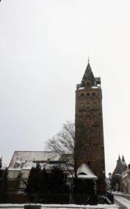 Der Breite Turm an der Breiten Straße (46 m) wurde 1396 errichtet und bildete früher mit dem Breiten Tor den östlichen Eingang in die Stadt.