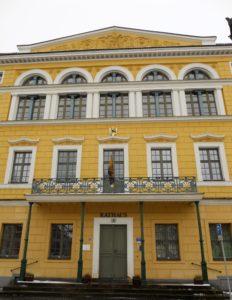 Das Rathaus entstand zwischen 1474 bis 1497 und wurde während der Epoche des Spätklassizismus umgebaut.