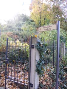 Man kann von verschiedenen Seiten zum Burgberg aufsteigen. Ein historischer Rundweg führt unter anderem durch die Parkanlage am Hang.