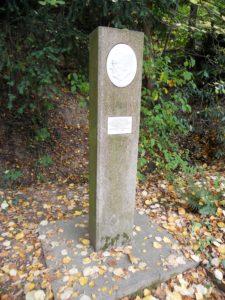 Ein Denkmal zu Ehren Dr. hc. Naotsugu Nabeshima (1912-1981) aus Arita, der die Städtepartnerschaft mit Meißen sehr pflegte, steht im Schlosspark.