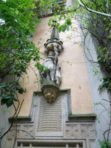 """Über dem sog. """"hohen Turm"""" sind eine Statue Heinrichs I. und eine Inschrifttafel angebracht. Auf der Tafel steht der Auszug aus Thietmars Chronik über Püchau."""