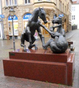 """Roßmarkt: """"Spielende Pferde"""" von Joachim Hering (* 1931), Bronze auf afrikanischem Granit, 1991"""