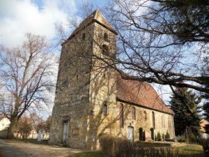 Die Dorfkirche: Die ältesten Bauteile stammen aus dem 12. Jahrhundert. Im 15. und 16. Jahrhundert folgte ein Ausbau, da die Gemeinde anwuchs.