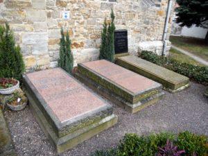 Das Grab Friedrich Nietzsches neben denen seiner Schwester und seiner Eltern.