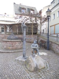 Das Pumpenbübchen. Die aus Waldheim stammende Künstlerin Irmgard Biernath (1905-1998)schuf die Bronzefigur 1998. Im Jahr 2011 wurde sie von Buntmetalldieben gestohlen. 2013 wurde ein originalgetreuer Nachguss aufgestellt.
