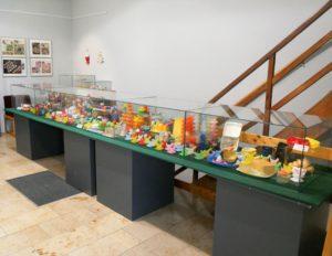 Das Stadtmuseum im Rathausturm zeigt neben wechselnden Sonderausstellungen... (hier die Eierbechersammlung von Christiane Hasenwinkel)