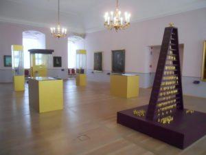 Auf Grund von Renovierungsarbeiten ist die Dauerausstellung zur Barocken Fürstenresidenz im Thronsaal, mit der sehr schönen Hofrangordnungspyramide von 1715, zur Zeit nicht zu besichtigen. Im ehemaligen Tafelgemach wird nur ein kleiner Teil als Interimslösung gezeigt.