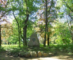 Der Schillerstein im Park auf dem Klemmberg wurde 1905 anlässlich des 100. Todestages aufgestellt. Friedrich Schiller (1759-1805) weilte einige Tage im Jahr 1794 in Weißenfels. Als Novalis ihn während einer Krankheit pflegte, soll er sich angeblich bei Schiller angesteckt haben und daran gestorben sein.