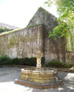 Der Klosterbrunnen steht gegenüber des Heinrich-Schütz-Hauses. Ursprünglich stand er im Innenhof des Klosters St. Claren und wurde später hierhin versetzt. Er ist an keine Wasserleitung angeschlossen und somit nicht funktionstüchtig.