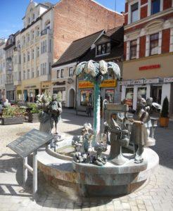 Der Stadtbrunnen in der Jüdenstraße wurde im Jahr 2000 vom Modellbauer Bonifatius Stirnberg geschaffen. Er zeigt verschiedene Elemente der Stadtgeschichte.