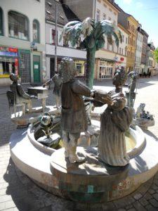 Hier im Vordergrund sieht man ein Fürstenpaar, welches stellvertretend für das Herzogtum Sachsen-Weißenfels steht. Bei allen anderen Elementen darf gerne geraten werden.