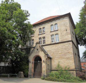 Der Ratssaal wurde 1870 gebaut und diente zeitweise als Aula. Heute finden dort Ratssitzungen statt.