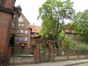 Durch die Unterbrechungen des 1. Weltkrieges wurde der gesamte Bau erst 1920 abgeschlossen. Das Gebäude ist im Neobarock errichtet.
