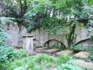 Ab 1905 wurde mit dem Umbau begonnen. An den Rändern des Parks sind immer noch Gräber und Gedenksteine zu finden.
