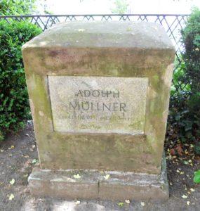 Der Gedenkstein für Adolph Müllner (1774-1829) aus rotem Nebraer Stein steht gegenüber der Novalis-Grabstätte. Adolph Müllner lebte bis zu seinem Tod in Weißenfels. Er war Theaterkritiker, verfasste aber auch eigene Stücke.