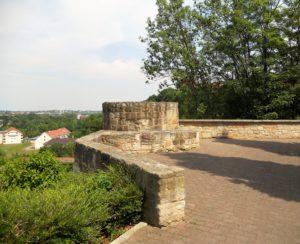 Die Reste der Burganlage, auf denen das Schloss errichtet wurde. Die Burg gab dem Ort ab 1185 ihren Namen, denn sie stand auf weißem Fels.