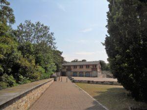 Im Hintergrund steht das Latrinengebäude, welches als Teil der Friedrich-Wilhelm-Kaserne gebaut wurde. Nach Jahren des Verfalls wurde es in den 2008 bis 2009 saniert.