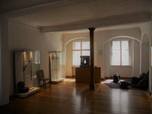 Das Museum behandelt den Verlauf und die Auswirkungen des Dreißigjährigen Krieges (1618-1648) mit besonderem Blick auf Weißenfels. In der Bildmitte ist eine drehbare Schießscharte der Weißenfelser Stadtbefestigung zu sehen.
