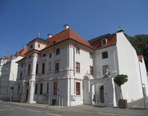 Das Fürstenhaus wurde 1673 von Johann Moritz Richter erbaut, der auch der Architekt des Schlosses war. Das barocke Gebäude diente als Dienst- und Wohnsitz der hochgestellten Hofebeamten. Über dem Durchgangsportal finden sich zwei Figuren: links Minerva und rechts Merkur.